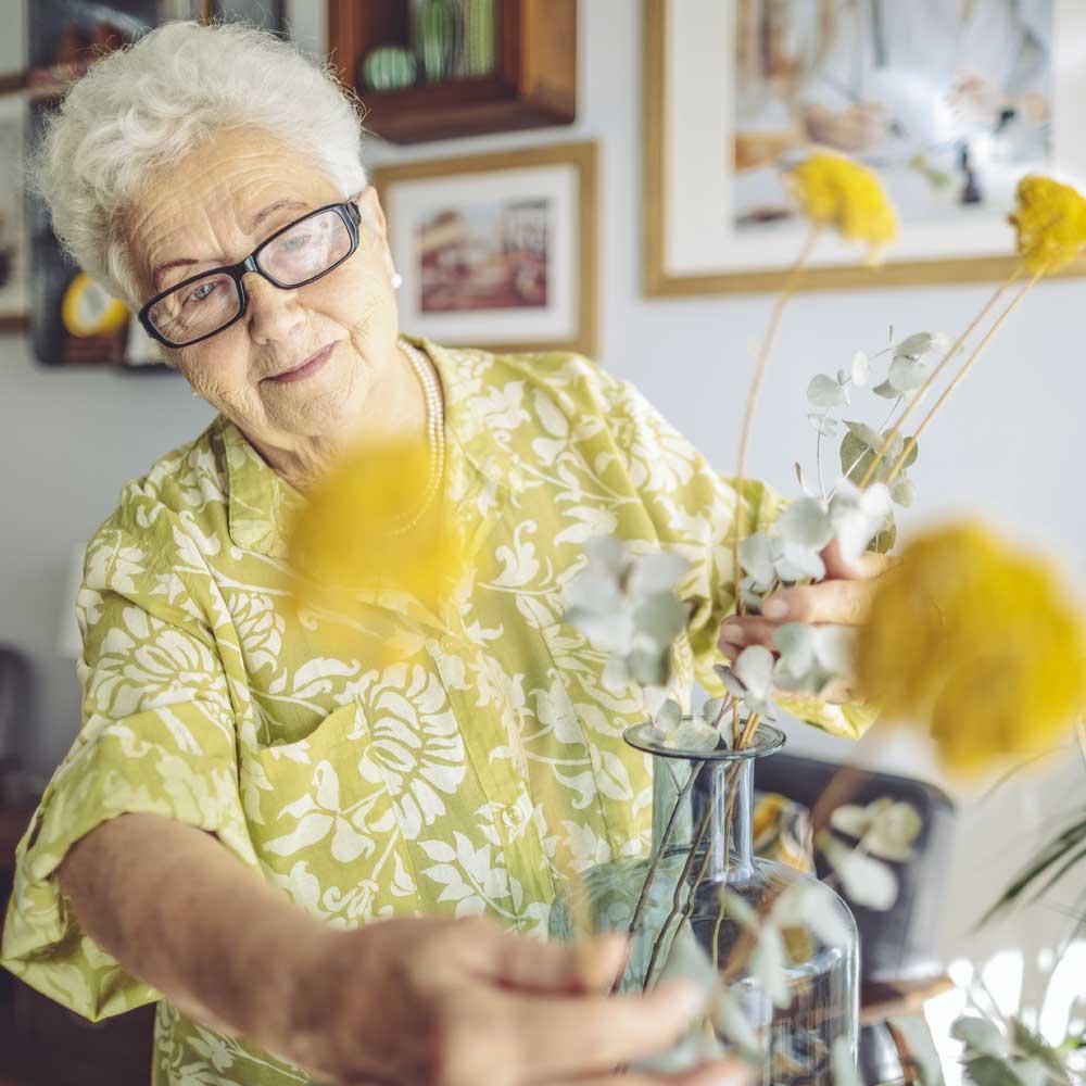 senior-with-flowers